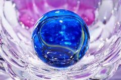 Boule en verre avec le fond abstrait Photographie stock libre de droits