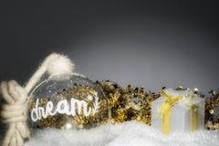 Boule et boîte-cadeau rêveurs avec pour Noël avec le fond brouillé photos libres de droits