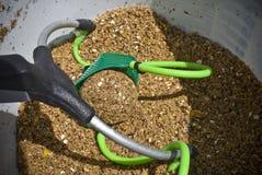 Boule et fronde de Groundbait pour l'alimentation de poissons. Concept de pêche Photographie stock libre de droits