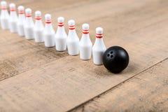 Boule et goupilles de bowling de jouet Image libre de droits