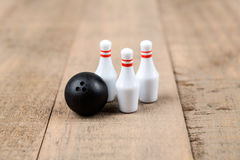 Boule et goupilles de bowling de jouet Photographie stock libre de droits