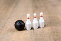 Boule et goupilles de bowling de jouet Image stock