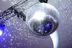 Boule et lumières de disco photographie stock libre de droits