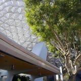Boule et monorail d'Epcot à l'entrée d'Epcot Image stock