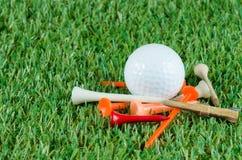 Boule et pièces en t de golf Photographie stock
