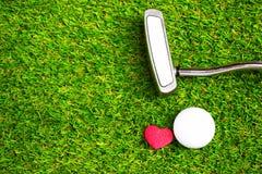 Boule et putter de golf sur le cours vert Image libre de droits