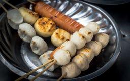 Boule et saucisse de viande thaïlandaises avec le bâton en bambou dans le plat Photos libres de droits