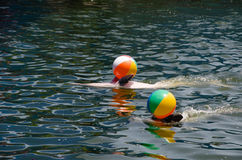 Boule flottant dans la piscine Image libre de droits