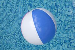 Boule flottant dans une piscine bleue Photo stock