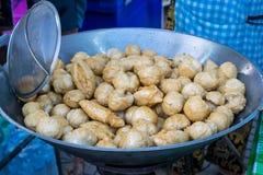 Boule frite de fishball dans la casserole chaude, nourriture de rue en Thaïlande Photo libre de droits