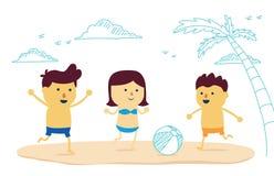 Boule heureuse de jeu de famille sur la plage Photo libre de droits