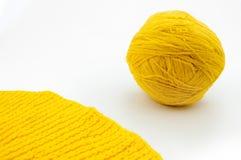 Boule jaune de fil de laine d'isolement sur le fond blanc Image libre de droits