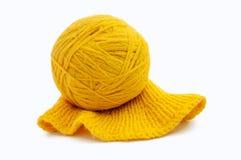 Boule jaune de fil de laine d'isolement sur le fond blanc Photos stock