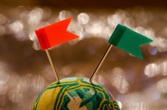 Boule jaune verte et deux drapeaux en plastique de goupille Photographie stock libre de droits