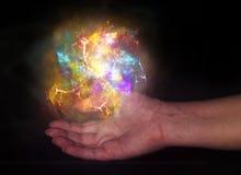 Boule légère lumineuse au-dessus de main humaine image libre de droits