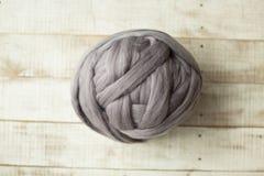 Boule mérinos grise de laine Image stock