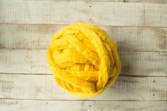 Boule mérinos jaune de laine Images stock