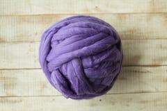 Boule mérinos violette de laine Image libre de droits