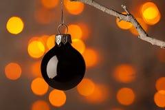 Boule noire de Noël sur une branche Photo stock