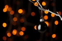 Boule noire de Noël sur une branche Photographie stock