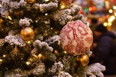 Boule peinte sur la branche d'arbre de Noël images libres de droits