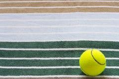 Boule pour le tennis sur une serviette Images stock