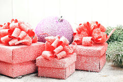 Boule pourpre de Noël avec les boîte-cadeau rouges Photos libres de droits