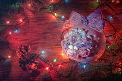 Boule pourpre de Noël, fond de Noël L'espace libre pour le texte Images libres de droits
