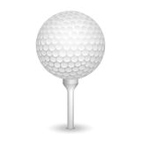 Boule réaliste de golf sur une pièce en t Image libre de droits