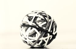 Boule ronde sphérique d'une bande élastique en noir et blanc photos libres de droits