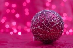 Boule rose de Noël sur le fond de bokeh photographie stock libre de droits