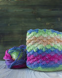 Boule rose, violette, magenta, blanche et verte de sac et de fil Fils de coton pour tricoter, crochet Le début du sac lumineux Photographie stock