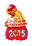Boule rouge avec 2015 chiffres dans le chapeau dans la neige Photos libres de droits
