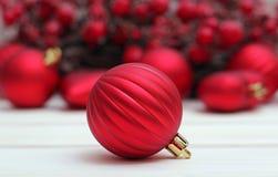 Boule rouge avec le fond de Noël Images stock