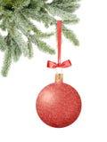 Boule rouge de décor de Noël de scintillement avec l'arc sur le ruban sur l'arbre de neige Image stock