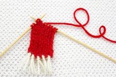 Boule rouge de fil comme un coeur sur le fond blanc de crochet Concept romantique de jour de valentines Coeur rouge fait de fil d Photos stock