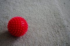 Boule rouge de massage avec des transitoires photo libre de droits