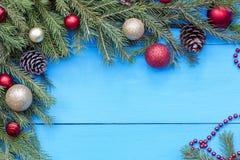Boule rouge de Noël accrochant sur l'arbre de Noël Photos stock