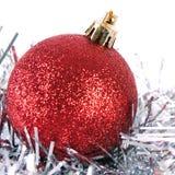 Boule rouge de Noël avec la tresse Image libre de droits