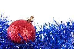 Boule rouge de Noël avec la tresse Photo stock