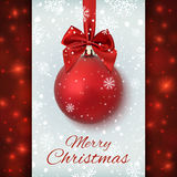 Boule rouge de Noël avec le ruban et un arc Photo stock