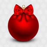 Boule rouge de Noël avec un arc, sur le fond de vacances illustration libre de droits