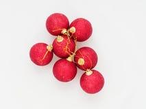 Boule rouge de Noël d'isolement sur le fond blanc Photographie stock libre de droits