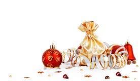 Boule rouge de Noël et sac d'or avec des cadeaux d'isolement Photographie stock libre de droits