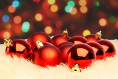 Boule rouge de Noël sur le fond defocused Photo libre de droits