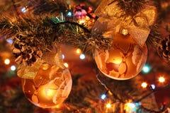 Boule rouge de Noël sur un arbre de Noël Images libres de droits