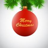 Boule rouge de Noël sur une branche de Noël-arbre Photographie stock