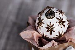 Boule simple de Noël blanc se reposant dans la boîte actuelle Photo libre de droits