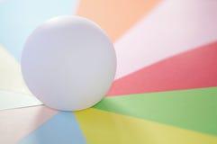 Boule sur un éventail de couleurs en pastel Image stock