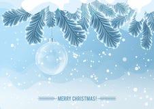 Boule transparente de Noël sur la branche d'arbre congelée par neige Images stock